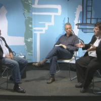 Joel Gracioso (dir), em entrevista à TVPUC, em São Paulo (SP).